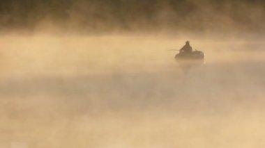 Morgen angeln am fluss im nebel — Stockvideo
