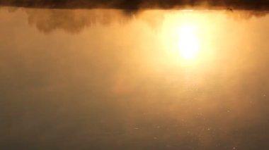 Zonsopgang reflectie in de rivier met mist — Stockvideo