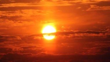 Dramatische rode zonsopgang op donkere bewolkte hemel — Stockvideo