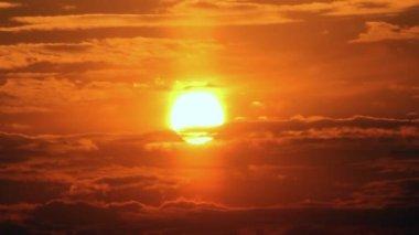 Timelapse con espectacular amanecer rojo oscuro cielo nublado — Vídeo de stock