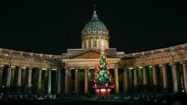 大教堂喀山和圣诞树在晚上在圣彼得斯堡 — 图库视频影像
