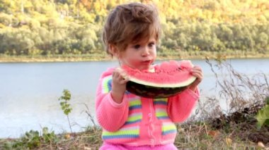 Baby eating ripe watermelon — Stock Video