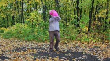 父亲与婴儿在秋天公园玩 — 图库视频影像