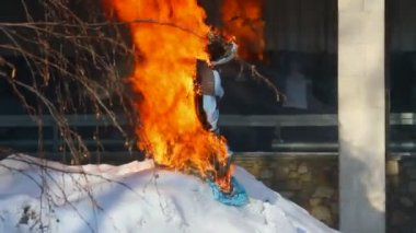 Farewell to winter in Russia. Burning effigies of Carnival — Stock Video