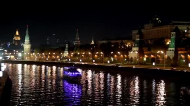 Moscow Kremlin river night landscape with ships — Stock Video