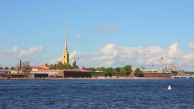 Neva river in the historical center of Saint-Petersburg, Russia - timelapse — Stock Video