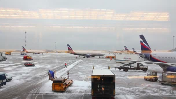 Campo de aviación Aeropuerto timelapse - vista desde la terminal — Vídeo de stock