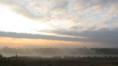 Landsbygdens dimma landskap med soluppgång över sjön — Stockvideo