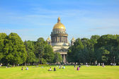 Lawn near isaakiy cathedral church in Saint-petersburg — Stock Photo