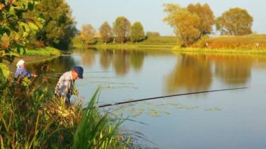 Fiske äldre par på hösten lake - timelapse — Stockvideo