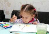 маленькая девочка рисует краски — Стоковое фото