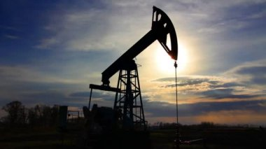 Working oil pump at sunset — Stok video