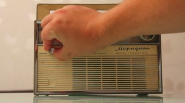 Male hand turning on and tuning a antique radio — Stock Video
