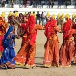 Indian girls dancing at Pushkar camel fair — Stock Photo #22363307