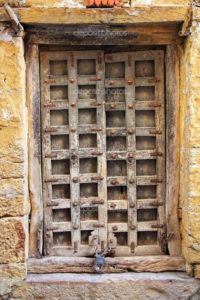 Geschlossene holztür  Alte geschlossene Holztür — Stockfoto © Kokhanchikov #22756104