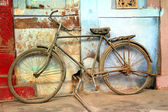 Old vintage bicycle in india — Stock Photo