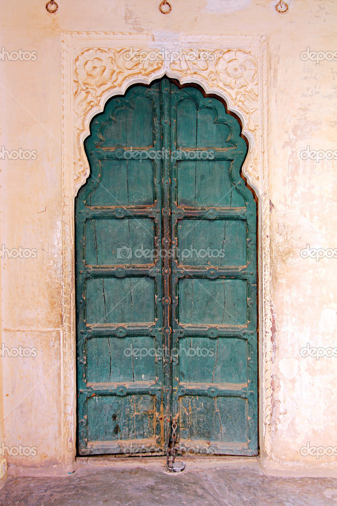 Geschlossene holztür  Alte geschlossene Holztür in Indien — Stockfoto © Kokhanchikov ...