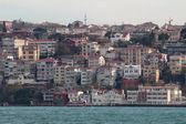 Houses in Istanbul on banks of Bosphorus Strait — Stockfoto