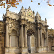 Gates of dolmabahce palace in istanbul — Stock Photo