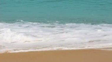 Turquoise zee water golven en zand strand — Stockvideo
