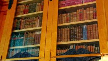книжные полки со старых книг — Стоковое видео