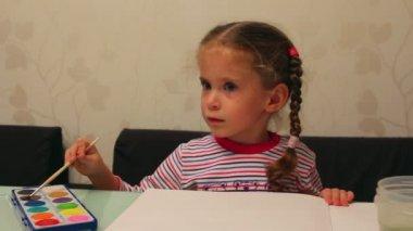 Petite fille dessine peint — Vidéo