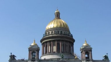 Isaakiy cathedral church in Saint-petersburg, Russia - zoom in — Wideo stockowe