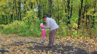 Father playing with baby in autumn park — Stock Video