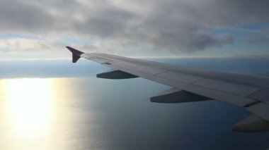 Looking on wing and sea from airplane — ストックビデオ