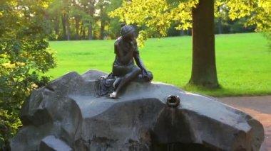 Menina com estátua de jarro em pushkin parque são petersburgo rússia — Vídeo Stock