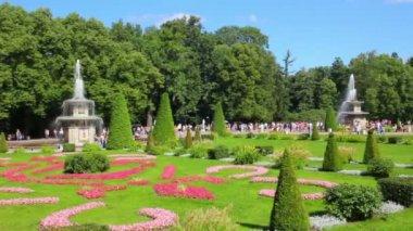 Fuentes romanas en petergof parque san petersburgo rusia — Vídeo de Stock