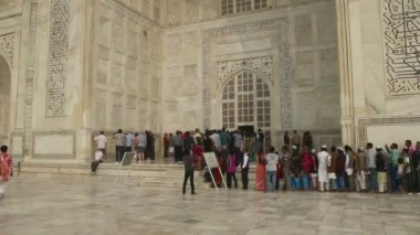 Tourists in Taj Mahal - famous mausoleum in Agra India — Video Stock