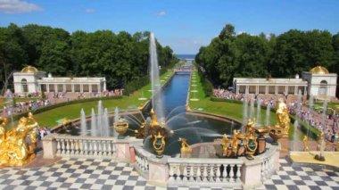 знаменитый петергоф фонтаны в санкт-петербурге — Стоковое видео