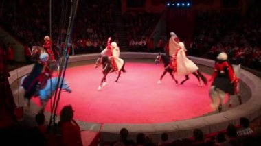 Circus acrobats doing tricks on horseback — Stock Video