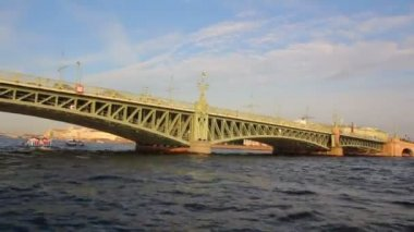 Trinity Bridge on Neva river in St. Petersburg Russia - timelapse shooting from boat — Stock Video