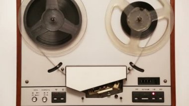 Old reel tape recorder with spinning reels — Stock Video