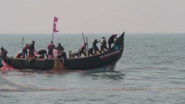 Fishermen in boats pulling fishing nets in Allepei — Stock Video