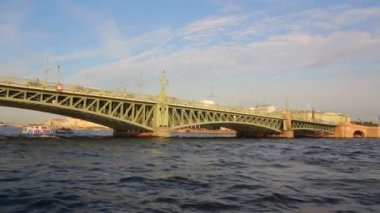 Trinity Bridge on Neva river in St. Petersburg Russia - shooting from boat — Stock Video
