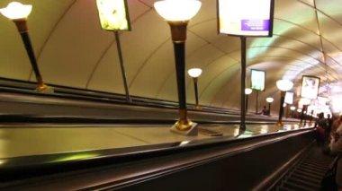 Roltrap in metrostation in sint-petersburg, rusland — Stockvideo