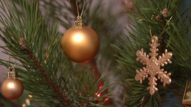 Decorated christmas tree with flashing garlands closeup — Vídeo Stock
