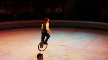 Circus acrobats doing tricks on unicycle — Stock Video