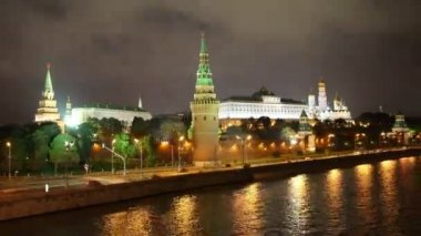 Moscow Kremlin and ships on river at night - hyperlapse — Stock Video