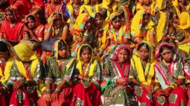 Group of Indian girls in colorful ethnic attire attends at Pushkar camel fair — Stock Video