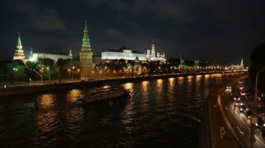 Moscow Kremlin and ship on river at night - Russia — Stock Video