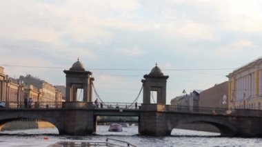 Lomonosov Bridge on Fontanka river in St. Petersburg Russia - shooting from boat — Stock Video