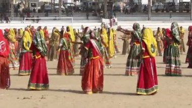 Ndian girls in colorful ethnic attire dancing at Pushkar camel fair — Stock Video