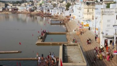 Ritual bathing in holy lake - Pushkar India — Stockvideo