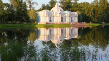 Pavilion on lake in Pushkin park St. Petersburg Russia at sunset light — Stock Video