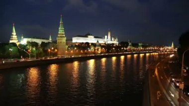 Moscow Kremlin and ships on river at night - timelapse — Stock Video