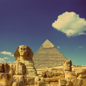 Egypt Cheops pyramid and sphinx - vintage retro style — Stock Photo